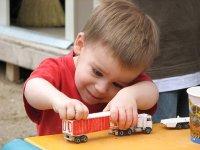 dziecko bawiące się zabawką