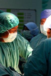 lekarze podczas operacji