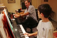 nauczyciel gry na pianinie
