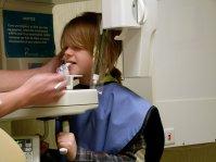 dziecko podczas wizyty u stomatologa
