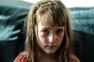 przygnebiona dziewczynka